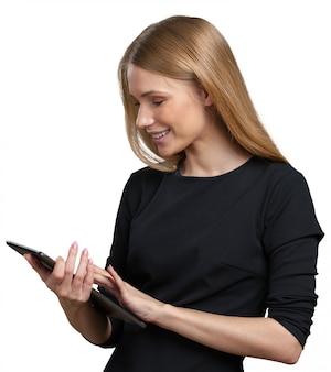 Donna di affari che per mezzo del computer digitale della compressa