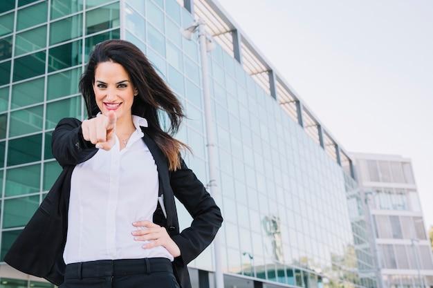 Donna di affari che punta verso di voi