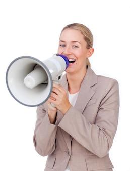 Donna di affari che ride gridando attraverso un megafono