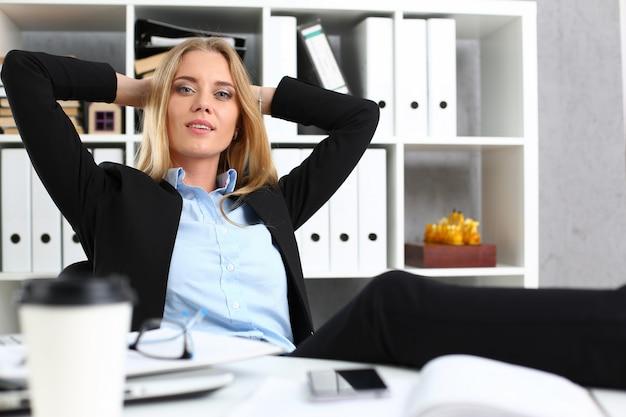 Donna di affari che riposa nell'ufficio dopo un lavoro