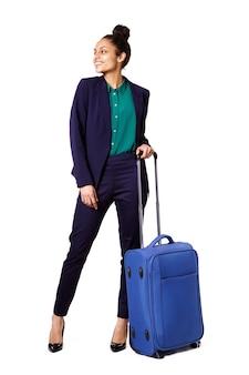 Donna di affari che si leva in piedi con la borsa che osserva via