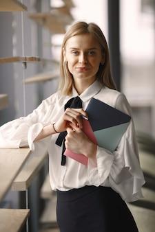 Donna di affari che si siede al tavolo con un taccuino