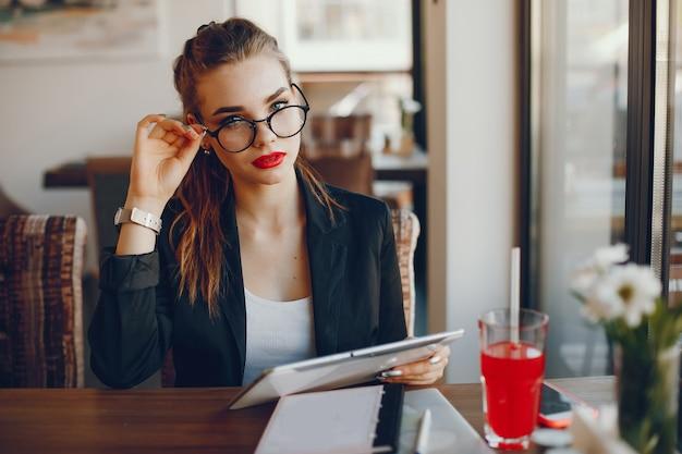Donna di affari che si siede in un caffè