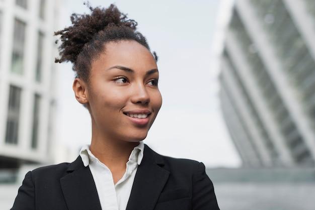 Donna di affari che sorride vicino in su