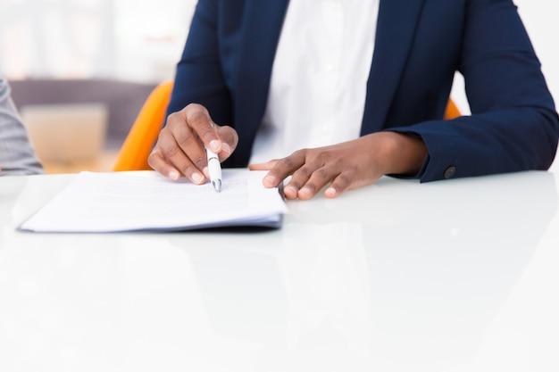 Donna di affari che studia il testo del contratto