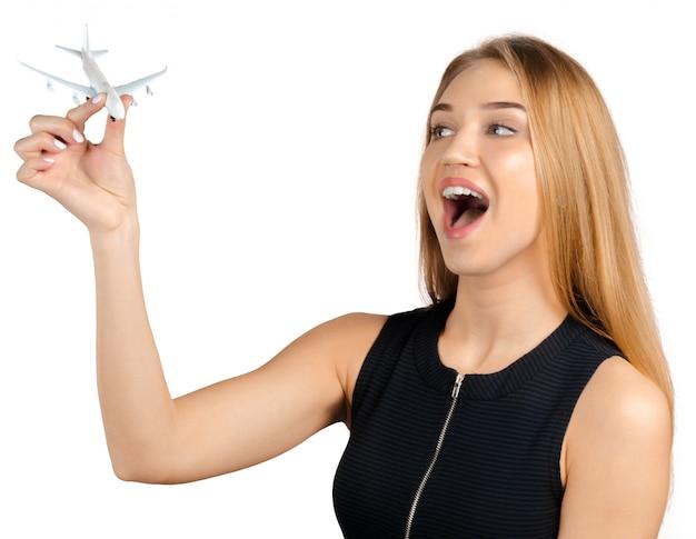 Donna di affari che tiene un aeroplano del giocattolo