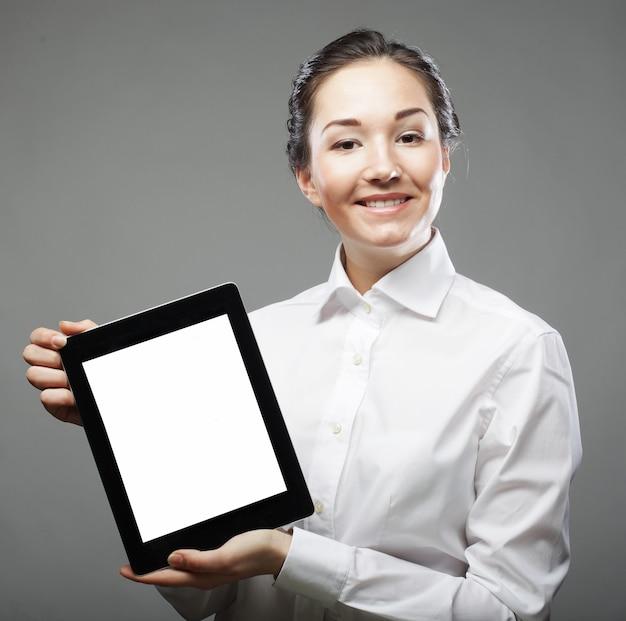 Donna di affari che tiene un computer tablet