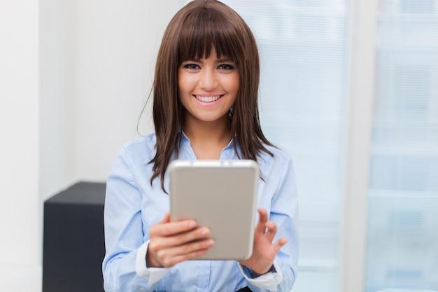 Donna di affari che tiene una compressa digitale
