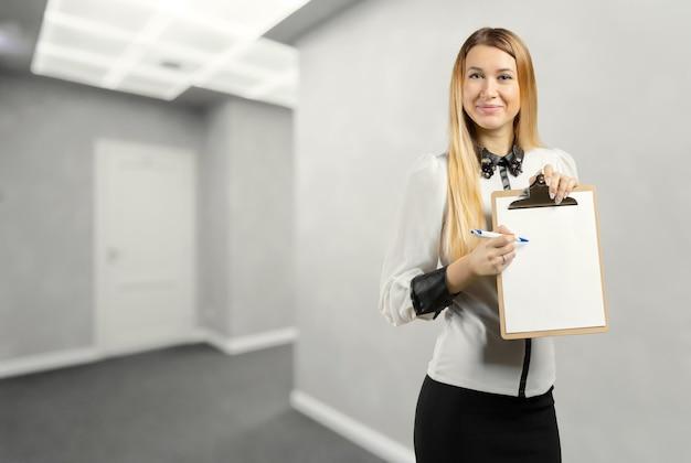Donna di affari che tiene una lavagna per appunti
