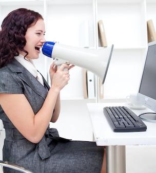 Donna di affari che urla tramite un megafono