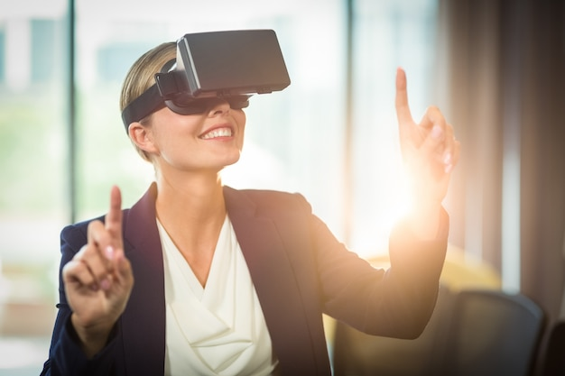 Donna di affari che usando l'auricolare di realtà virtuale