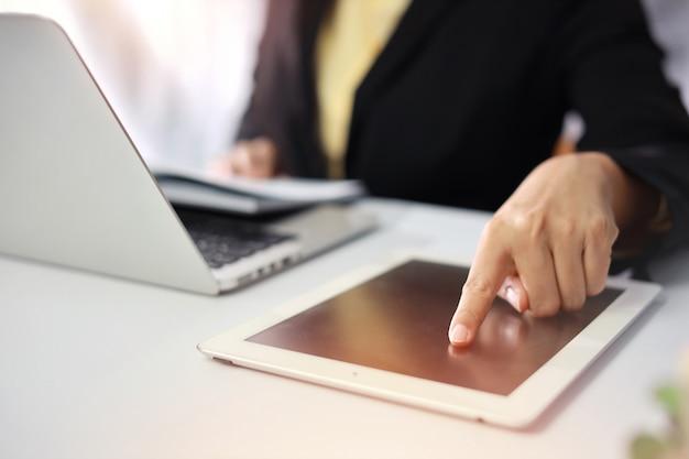 Donna di affari che utilizza computer portatile nell'ufficio