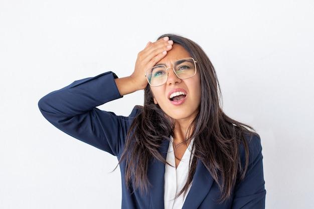 Donna di affari colpita con la mano sulla fronte