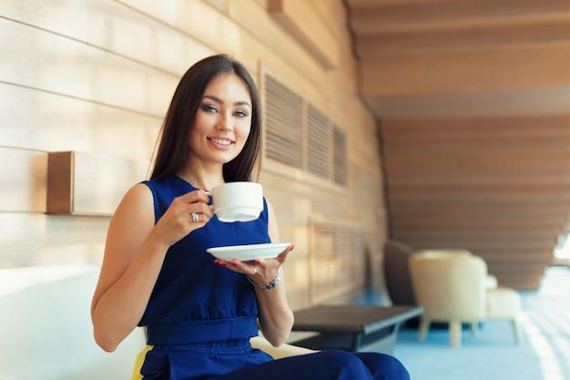 Donna di affari con caffè o una tazza di tè