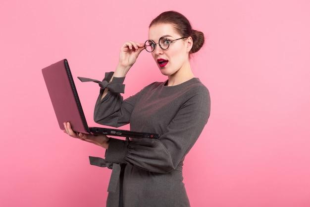 Donna di affari con il panino e il computer portatile dei capelli