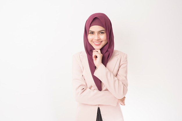Donna di affari con il ritratto di hijab su bianco