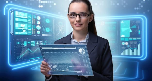 Donna di affari con la compressa nel concetto del data mining