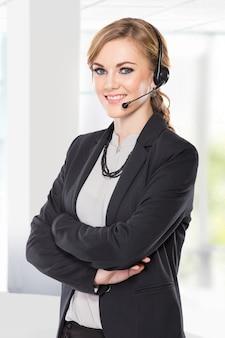 Donna di affari con le cuffie in un call center