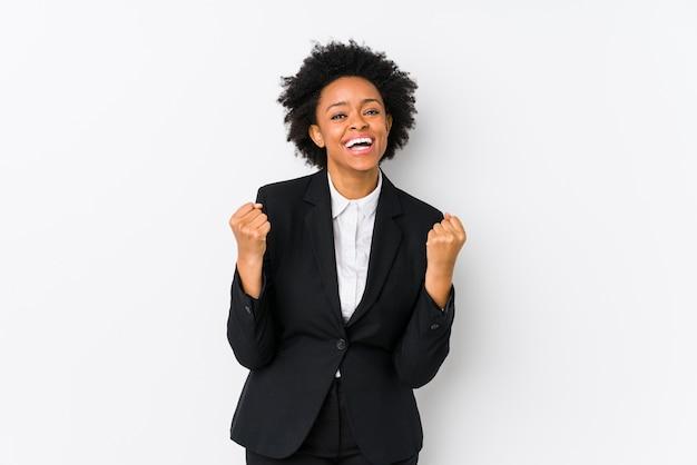 Donna di affari dell'afroamericano di mezza età contro bianco