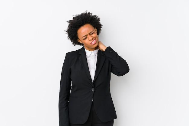 Donna di affari dell'afroamericano di mezza età contro un dolore al collo sofferenza isolato muro bianco a causa di stile di vita sedentario.