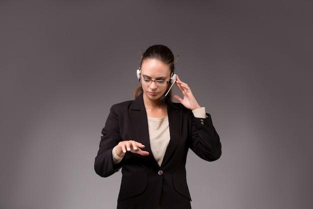 Donna di affari della giovane donna che preme i bottoni virtuali