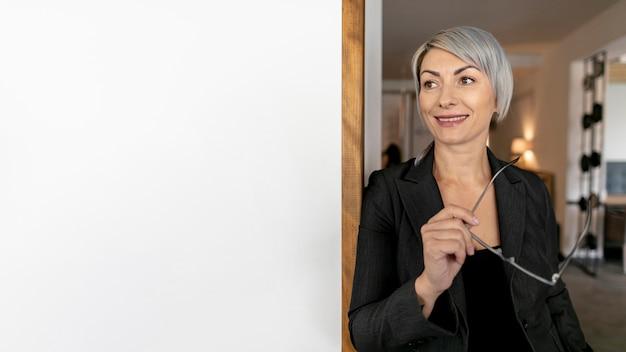 Donna di affari di smiley copia-spazio con gli occhiali