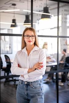 Donna di affari di vista frontale alla riunione
