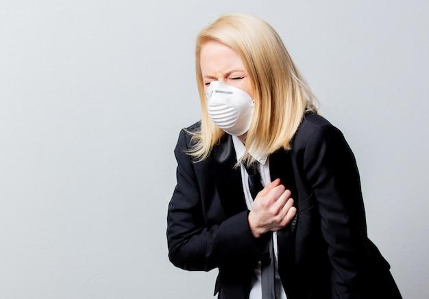 Donna di affari disperata in abito nero e maschera