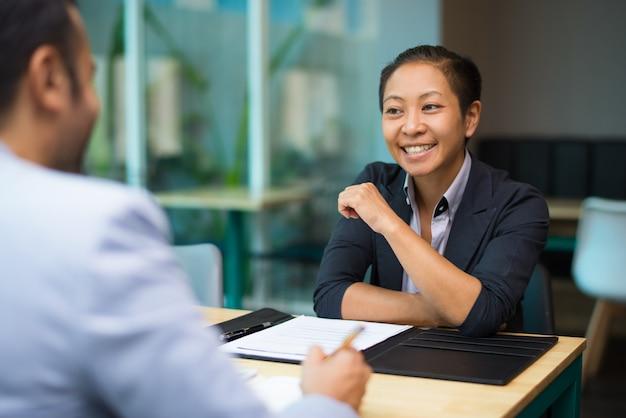 Donna di affari emozionante felice che sostiene idea del collega