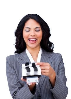 Donna di affari entusiastica che consulta un titolare del biglietto da visita