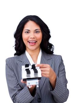 Donna di affari etnica che cerca l'indice