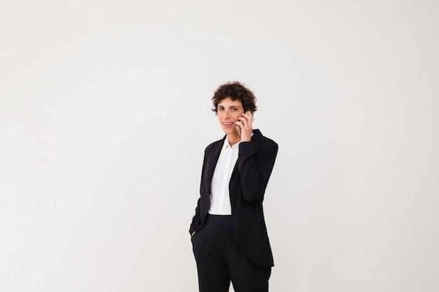 Donna di affari felice che parla dallo smartphone