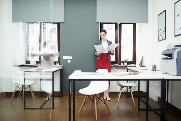 Donna di affari graziosa che fa lavoro di ufficio
