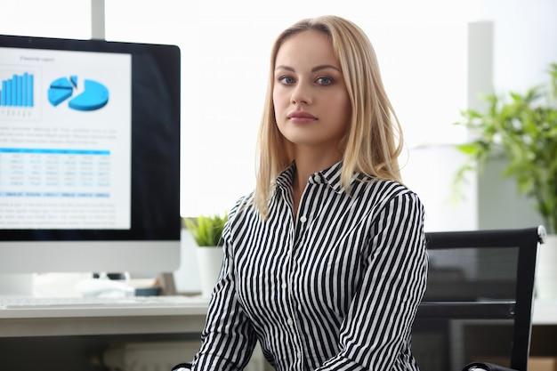 Donna di affari graziosa in ufficio