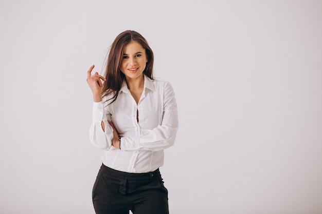 Donna di affari in camicia bianca isolata su fondo bianco