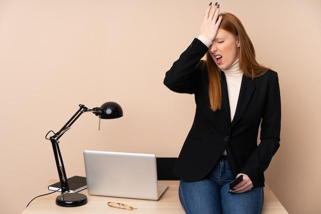 Donna di affari in un ufficio che ha dubbi con l'espressione del viso confuso