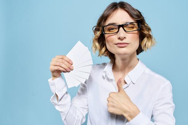 Donna di affari in una posa bianca di vetro e della camicia