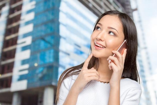 Donna di affari isolata con il telefono cellulare