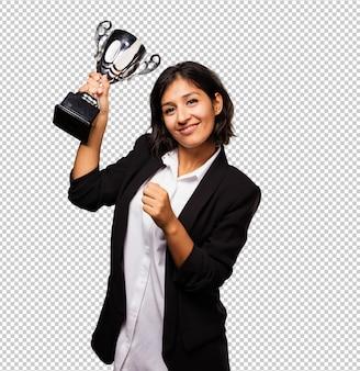 Donna di affari latino che tiene un trofeo