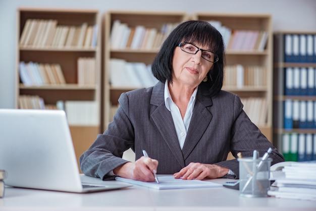 Donna di affari matura che lavora nell'ufficio