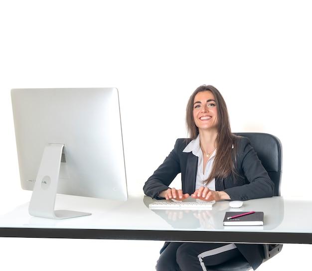 Donna di affari nel sorridere dell'ufficio felice