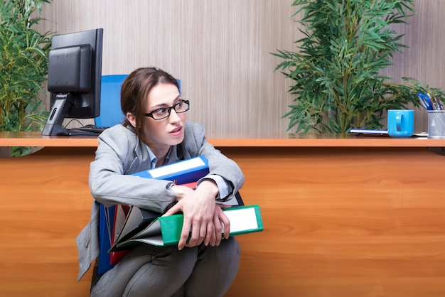 Donna di affari occupata nell'ufficio sotto sforzo