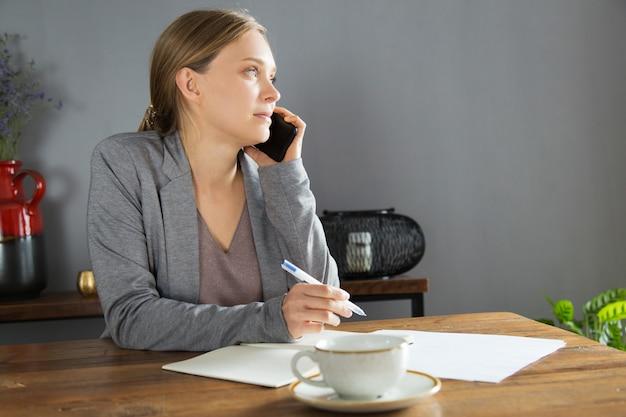 Donna di affari seria che discute i dettagli di progetto