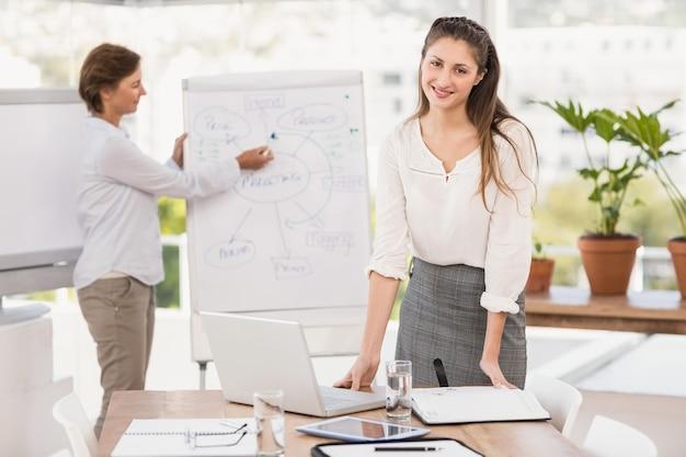 Donna di affari sorridente che prepara riunione