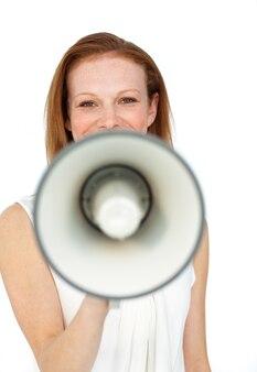 Donna di affari sorridente che usando un megafono