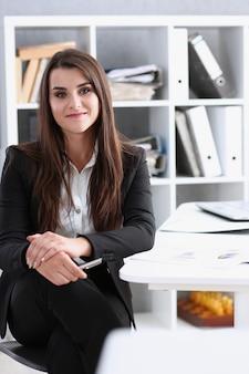 Donna di affari sul posto di lavoro nel ritratto dell'ufficio