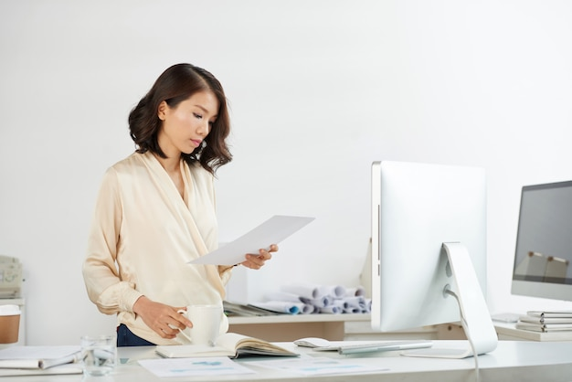Donna di affari vietnamita che controlla documento