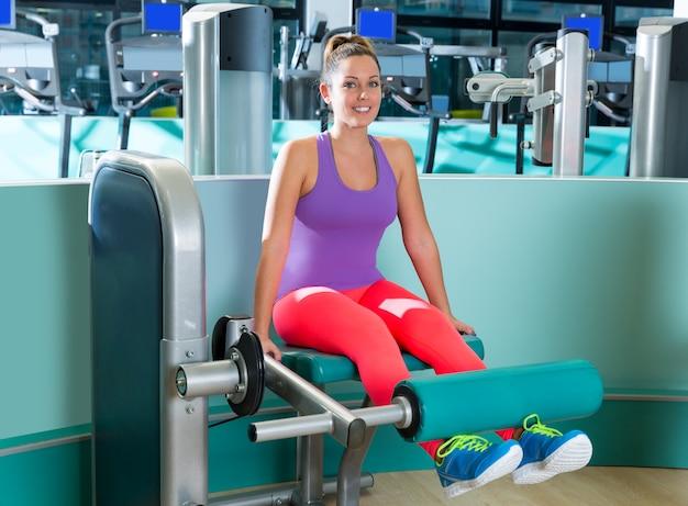Donna di allenamento estensione gamba palestra