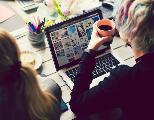 Donna di artsy che lavora con il marketing dei social media