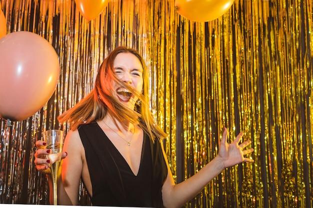 Donna di ballo con gli aerostati alla celebrazione del nuovo anno